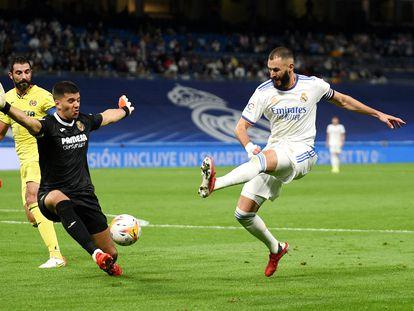Benzema dispara el balón en el partido del Real Madrid contra el Villareal CF en el Santiago Bernabéu.