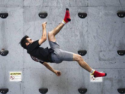 Uno de los artistas se ejercita en la pared de escalada en la sede del Circo del Sol en Montreal.