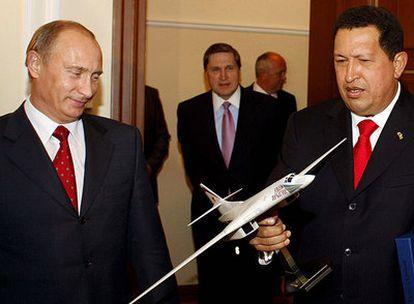 El presidente venezolano, Hugo Chávez, sostiene la maqueta de un bombardero ruso bajo la mirada del primer ministro ruso, Vladímir Putin.