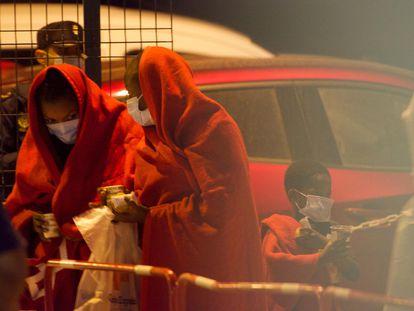 Migrantes rescatados por el buque de Salvamento Marítimo Salvamar Nízar, en Puerto de El Rosario (Fuerteventura) este miércoles.