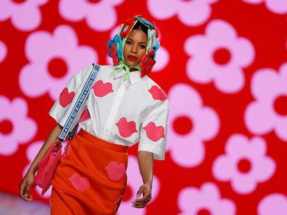 Una modelo en el desfile de Agatha Ruiz de la Prada en la pasarela Mercedes-Benz Fashion Week este viernes en Madrid.