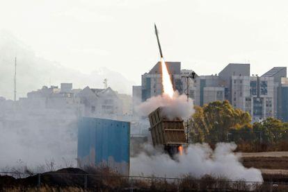El sistema defensivo denominado Cúpula de Hierro lanzaba un misil interceptor, el lunes cerca de Ashkelón.
