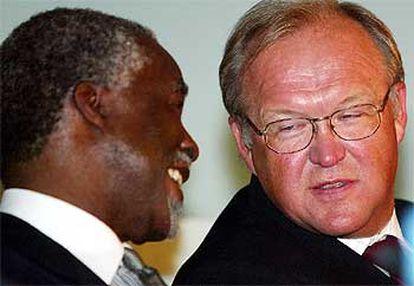 El presidente de Suráfrica, Thabo Mbeki (izquierda) charla con el primer ministro sueco, Goran Persson.