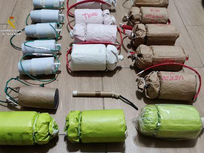 Parte del arsenal de explosivos fabricado de forma artesanal hallado en una vivienda de Castilleja de la Cuesta (Sevilla). / GUARDIA CIVIL