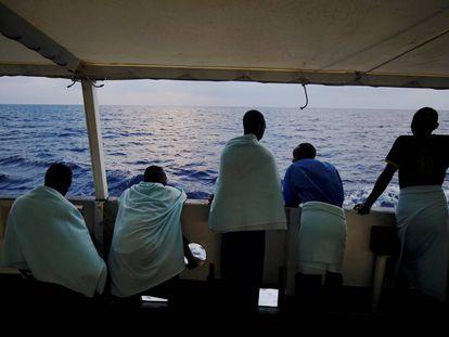 Migrantes a bordo del barco Open Arms, ayer en el Mediterráneo central.