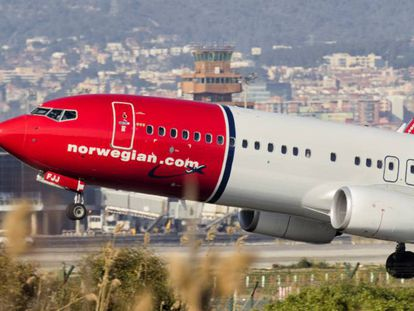 Un avión Boeing 737-800 de Norwegian despega del aeropuerto de El Prat de Barcelona en septiembre de 2019.