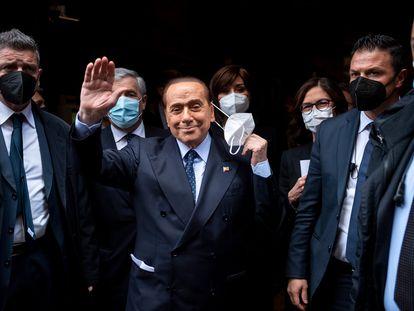 Berlusconi saludaba a la prensa antes de reunirse con Draghi, el lunes en Roma.