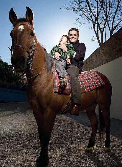Márius Serra con su hijo en la Fundación Catalana Guimbarda.
