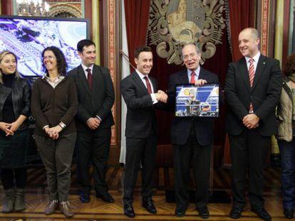 Ibon Areso entrega un recuerdo a Efrén Vázquez, en la recepción del Ayuntamiento de Bilbao.
