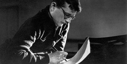 """El siempre escurridizo Dmitri Shostakóvich ha sido uno de los compositores mejor estudiados por Richard Taruskin, que define su música como """"el resultado de un juego incontrolable de subtextos""""."""