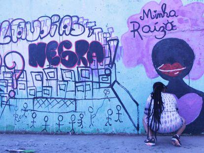 "Mariana Rosa, artista, participa en el evento ""Claudias, Eu? Negra!"" con un grafiti."
