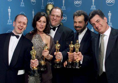 Harvey Weinstein, en 1999 en el centro, con el Oscar a mejor película para 'Shakespeare enamorado'.