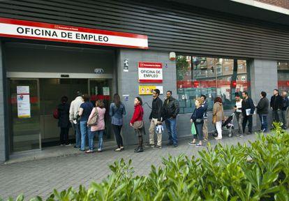 Gente haciendo cola en la puerta de una oficina de empleo en Madrid