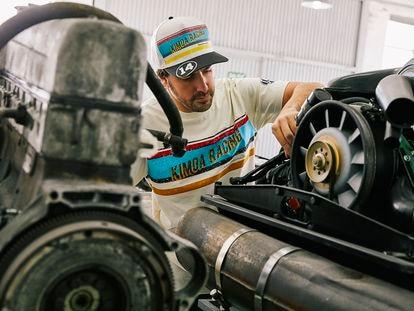 Un Fernando Alonso vestido de Kimoa, su firma de moda, revisa el motor del Alpine con el que volverá a competir por el Gran Premio.