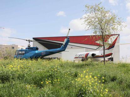 Aviones propiedad de una empresa en terrenos de la Universidad Rey Juan Carlos, en el campus de Fuenlabrada. K