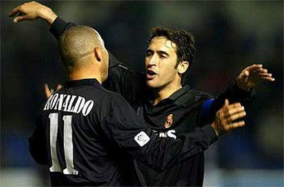 Ronaldo y Raúl se abrazan tras el primer gol del Madrid