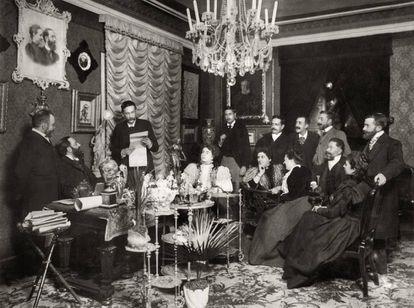 Benito Pérez Galdós lee en el salón del doctor Tolosa Latour, en Madrid, en 1897.