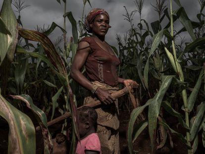 """Delinda, de 25 años, trabaja en la parcela de tierra de su familia en Lichinga, Mozambique el pasado 29 de marzo de 2017. Antes era empleada de Green Resources, pero dejó la empresa porque no le gustaba trabajar para ellos. Comenta que con ese empleo """"se podía ganar mucho dinero, pero los objetivos eran exigentes, entre los trabajadores había temas políticos, y no lo pude aguantar mucho tiempo. Quería mi antigua manera de vivir, así que volví [a la aldea de Nconda] a trabajar con mi familia"""". La casa familiar estaba justo al lado de las plantaciones de Green Resources, que habían sido objeto de ataques e incendios provocados."""