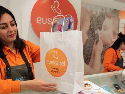 Una de las tiendas de Euskatel, compañía líder en el norte del Estado.