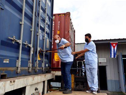 Trabajadores del sector de la salud abren este viernes en La Habana un contenedor con una donación humanitaria de organismos no gubernamentales, procedente de Estados Unidos.
