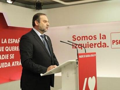 El secretario de Organización del PSOE y ministro de Fomento, José Luis Ábalos, en la sede de Ferraz, este lunes.
