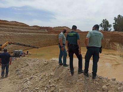 Efectivos del Grupo Especial de Actividades Subacuáticas de la Guardia Civil (GEAS), este domingo trabajando en las tareas de rescate de Villanueva de la Reina (Jaén).