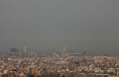 Una densa humareda se extiende sobre la ciudad de Valencia, a 50 kilómetros del fuego.