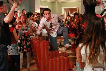 En la imagen, una fiesta que se va de madre en la serie 'Los Goldberg' (2013).