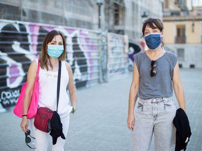 Dos mujeres llevan mascarilla de tela en Barcelona, este martes.