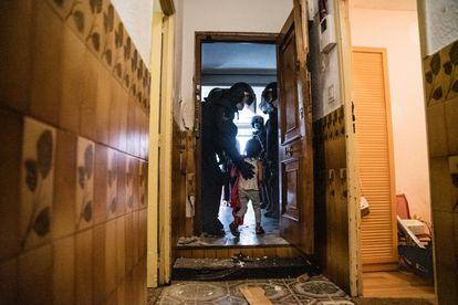 Los agentes desalojan a una niña durante un desahucio en Vallecas (Madrid).