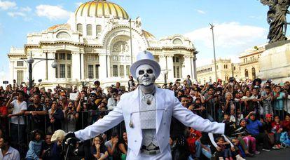 Un hombre celebra el desfile del Día de Muertos inspirado en la película Spectre protagonizada por James Bond