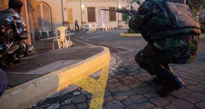 Soldados kenianos apostados en las inmediaciones del centro atacado.