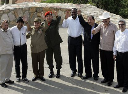 De izquierda a derecha: Ralph Gonsalves, Evo Morales, Raul Castro, Hugo Chavez, Roosevelt Skerrit, Daniel Ortega, Manuel Zelaya y Fernando Lugo, ayer en Cumana, Venezuela.