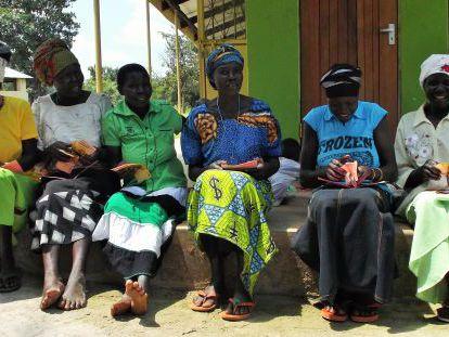 Un grupo de beneficiarias revisa sus microcréditos.