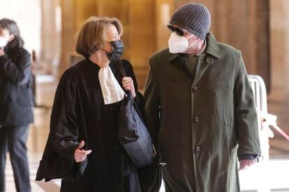 Giorgio Pietrostefani, a la derecha, hablaba con su abogada, Irène Terrel, antes de su audiencia de extradición el 5 de mayo en París.