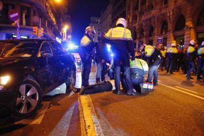 La Guardia Urbana atiende a un conductor de Cabify.
