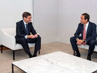 José Ignacio Goirigolzarri, presidente de Bankia, y  Gonzalo Gortázar, consejero delegado de CaixaBank.
