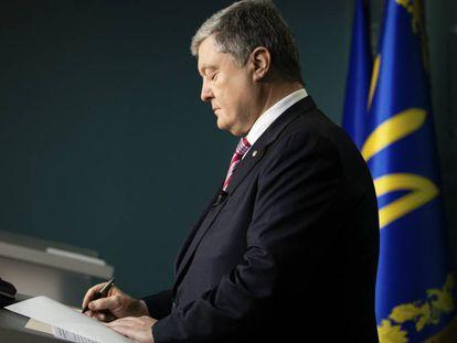 Petro Poroshenko firma la ley que da por terminado el tratado de amistad con Rusia, este lunes en Kiev.