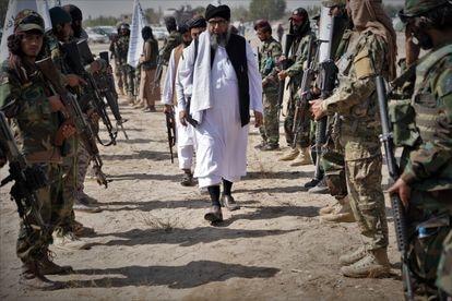 Llegada de uno de los líderes talibanes al acto en honor de los muertos en el bando insurgente en Zurmat.