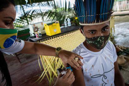 Una trabajadora aplica una vacuna contra la covid en el municipio de Autazes, en la Amazonia brasileña.