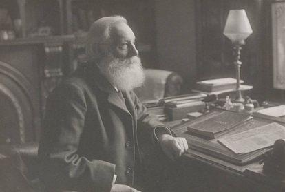 Fotografía de William Henry Perkin sentado en su estudio en Sudbury, Derbyshire.