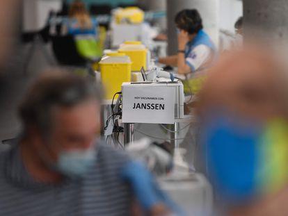 """Un cartel con el mensaje """"Hoy vacunamos con Janssen"""", el 21 de mayo en el Wizink Center de Madrid."""