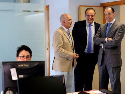 El consejero de Sanidad, Manuel Llombart, a la derecha, junto al dimitido gerente Sergio Blasco, en una imagen de archivo.
