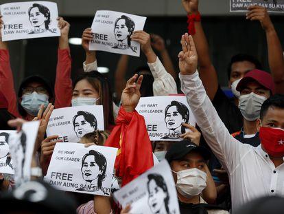 Un grupo de manifestantes sostiene carteles pidiendo la liberación de Aung San Suu Kyi en Yangón, el 7 de febrero de 2021.