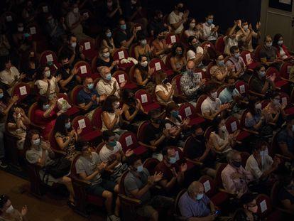 El público, con mascarilla, aplaude al final de una función en el Teatro Pavón, este septiembre.