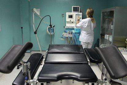 En el último año ha continuado el descenso del número de abortos en España. En la imagen, el quirófano de una clínica madrileña.