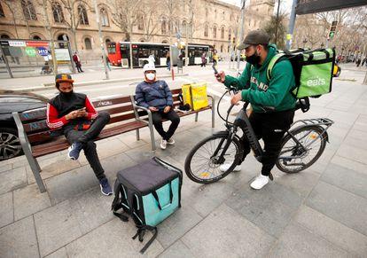 Varios repartidores de Glovo, Deliveroo y Ubereats, en febrero en Barcelona.
