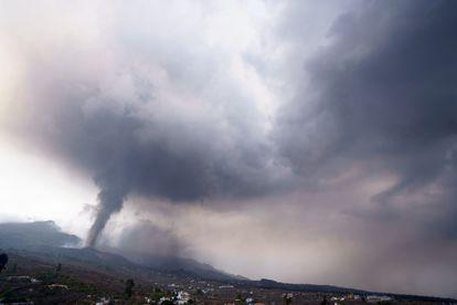 La nube de gases y ceniza sobre el volcán de La Palma, este miércoles.