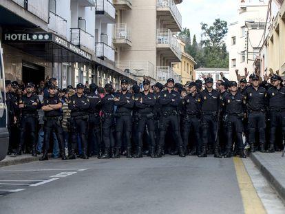 Policías en la puerta de uno de los hoteles de Pineda de Mar, en octubre de 2017.