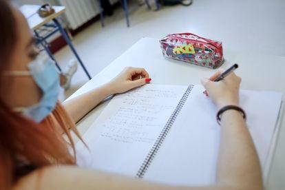 Una alumna de 2º de Bachillerato durante una clase del Colegio Alameda de Osuna, en Madrid.